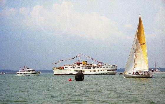 カウズ・ウイークの本部艇。 舳先の方向のワイト島に本部があり、メインレースには号砲を響かせる