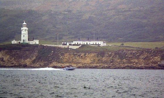 ワイト島南で出会つた。ワイト島1周モーターボート・レース艇